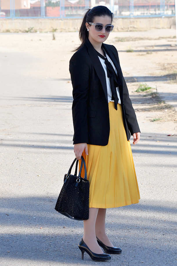 loewe, something fashion, yellow pleated skirt vintage valencia fashion blogger, midi skirt, trendy, bow blouse, marc jacobs transparent sunnies