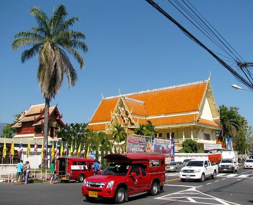 Una sorngttaaou recorre las calles de Chiang Mai