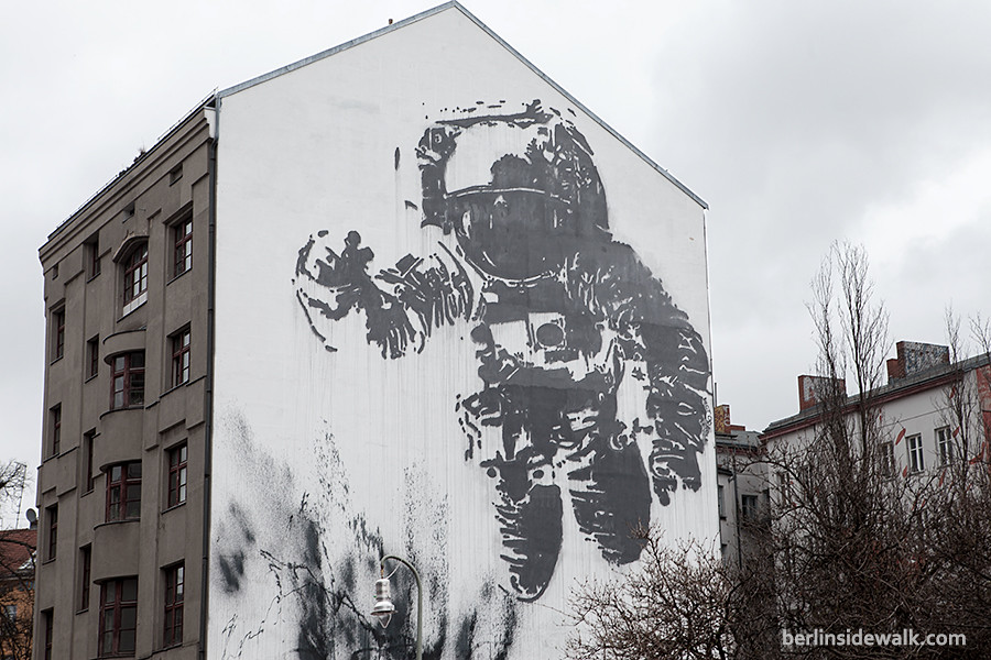 Berlin street art xberg astronaut berlin sidewalk for Astronaut wall mural