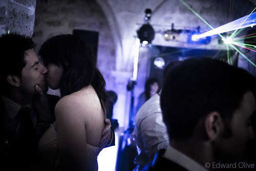Couple in wedding party - Edward Olive fotos espontaneas de bodas by Edward Olive Actor Photographer Fotografo Madrid