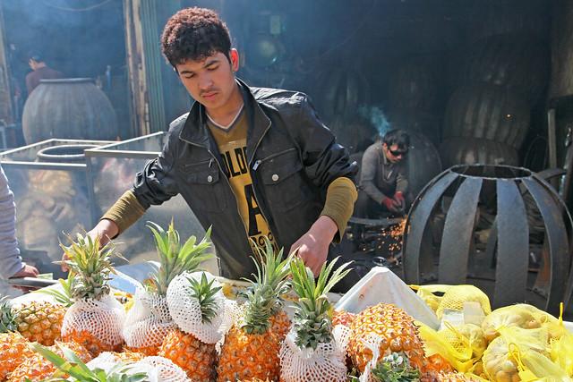 Pineapple stand in the market, Urumqi ウルムチ、山西巷バザールのパイナップル屋台