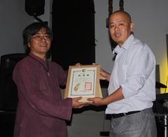 環資理事長陳建志(左)頒發感謝狀給張濤(右),資料照片。