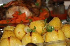 English style roast chicken served with carrots,pe…