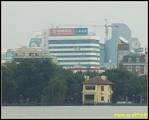 杭州 西湖 (其他景點) - 134 (從白堤上看湖濱路湖畔及市區)