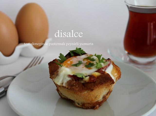 tost ekmeği kasesinde pastırmalı yumurta
