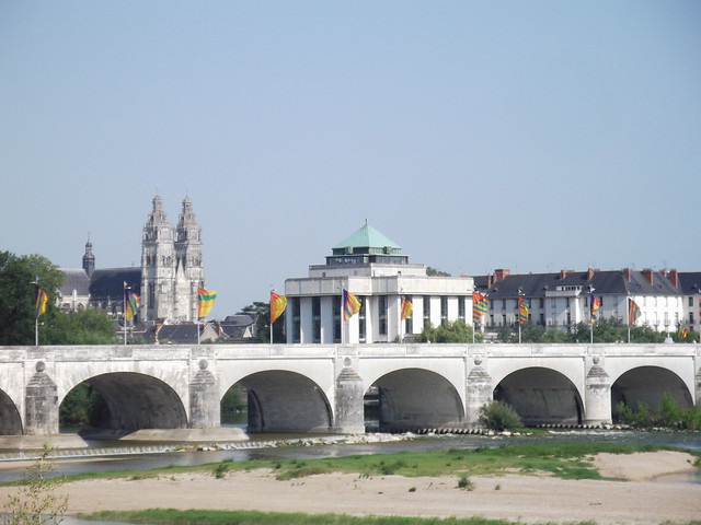Tours, son pont Wilson, sa cathédrale, sa bibliothèque