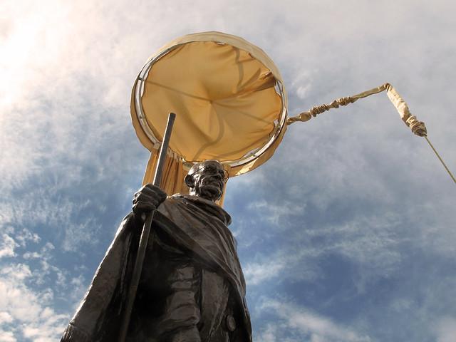 Escultura de Mahatma Gandhi esta mañana en la Plaza Joan Miró de Madrid