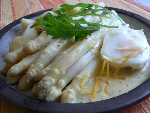 Spargel mit leichter Orangen-Senf-Sauce, pochiertem Ei und Rauke 004