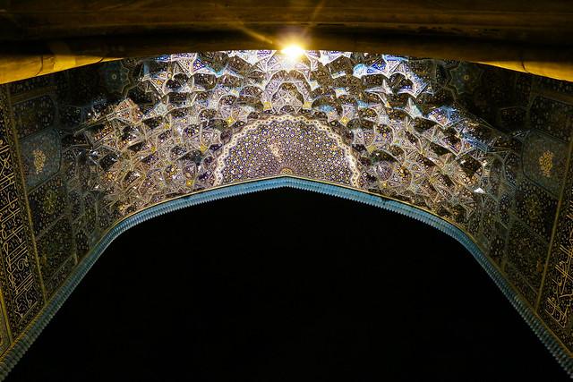 Iwan of Imam mosque at night, Isfahan イスファハン、王のモスクのイーワーン