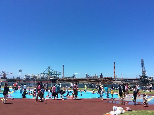 加古川海洋文化センターのじゃぶじゃぶ池と背景