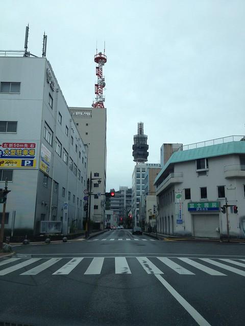手前右が閉店が決まった富士書房、奥に見える工事用のネットを被 ったタワーがNTTのアンテナです。 by haruhiko_iyota