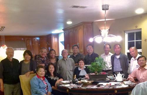Ảnh chụp buổi họp cuối tháng 6,  2013 của các Mục Sư phu nhân  VN Vùng Vịnh và gia đình Mục sư người gốc Đại Hàn Kieun Yu. Trong hình có người đàn bà ngồi chính giữa là Giáo sĩ Đại Hàn đang hầu việc Chúa ở Nam Phi Châu.