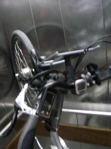 Bicla ao alto no elevador da estação da Azambuja