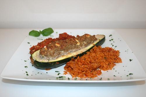 41 - Gefüllte Zucchini im Gemüsebett - Seitenansicht / Stuffed zucchini on vegetables - Side view