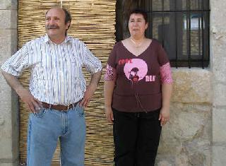 Julián Segarra y Odette Calvo en la puerta de ART RUSTIC en la aldea de Anroig.