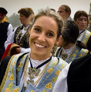 Es una fiesta llena de colorido, que se celebra en la frontera entre Navarra y Francia.
