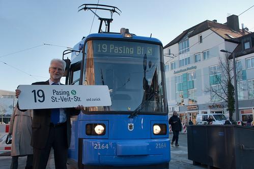 MVG-Chef Herbert König präsentiert das neue Ziel der Trambahnlinie 19