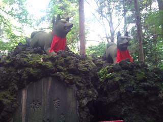 霊孤塚・稲荷像