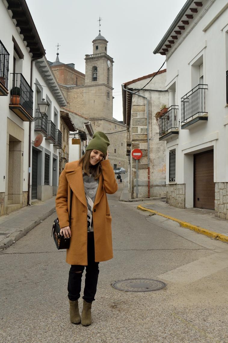 lara-vazquez-madlula-outfit-black-brown-coat-green-details