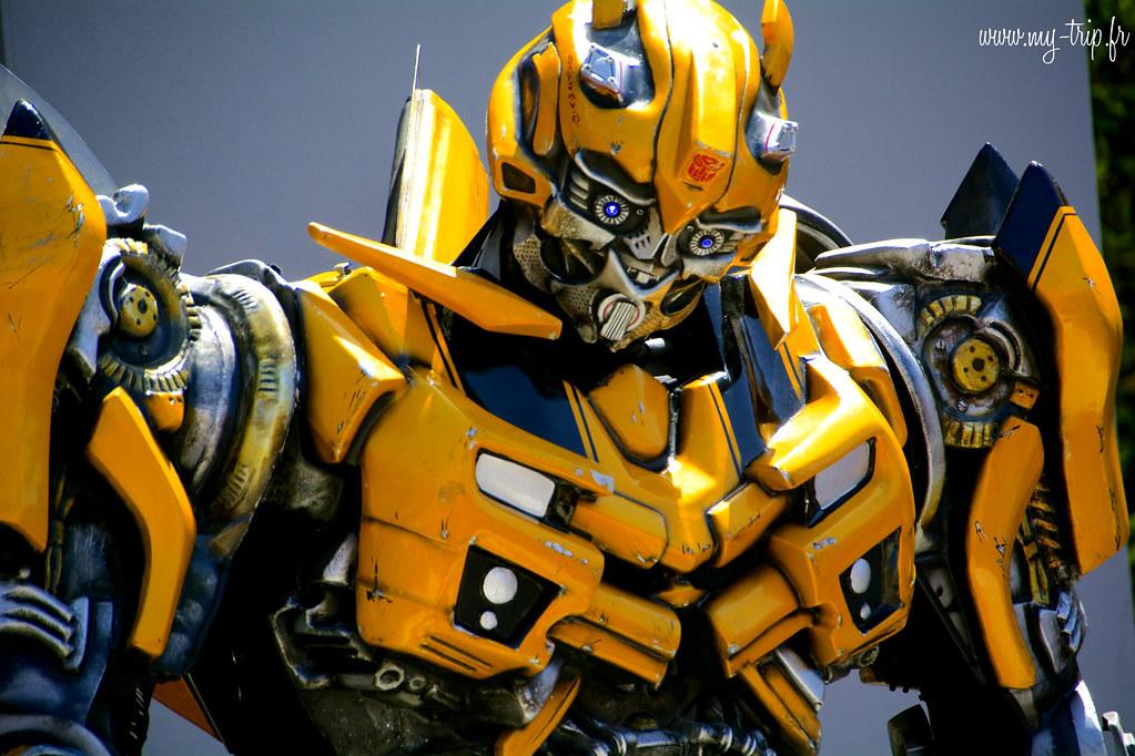 Des Transformers plus vrai que nature se baladent dans les rues d'Universal Studio...