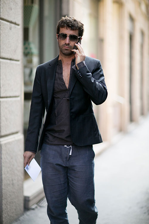 黒テーラードジャケット×紺リネンパンツ