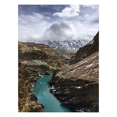 Nature has its own colour pallet and it never goes wrong with its colour choices. #travel #mountains #india #spiti #valley #himachalpradesh #instahimachal #river #turquoise #photooftheday #nofilter #travelgram #travelstories #snowpeaks #winter #lonelyplan