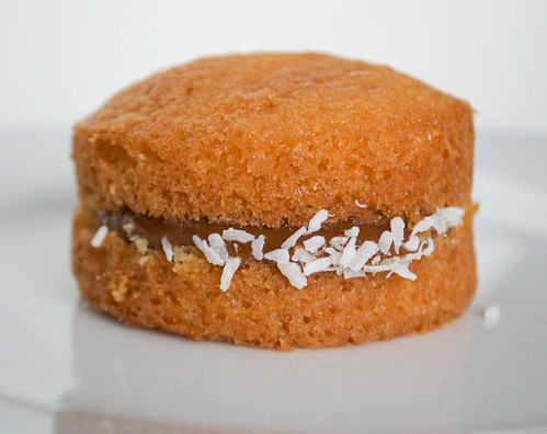 vanilla sponge wih dulce de leche coconut