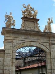 Fontenay-le-Comte. Laocoon, Hercule et Diane sur le porche du Château Gaillard (Reproduction par Edmond Fain d'après sculptures originelles)