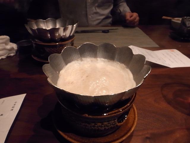 <p>g)こんろ<br /> 黒毛和牛胡麻豆乳小鍋仕立て</p>