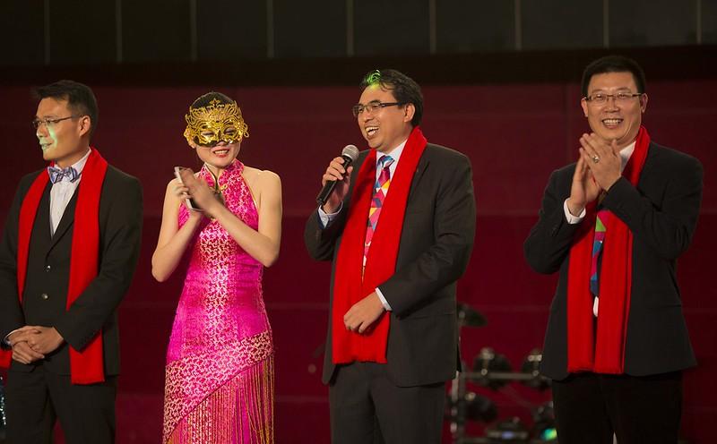 El presidente de mi empresa hablando para todos los asistentes a la cena de Año Nuevo chino.