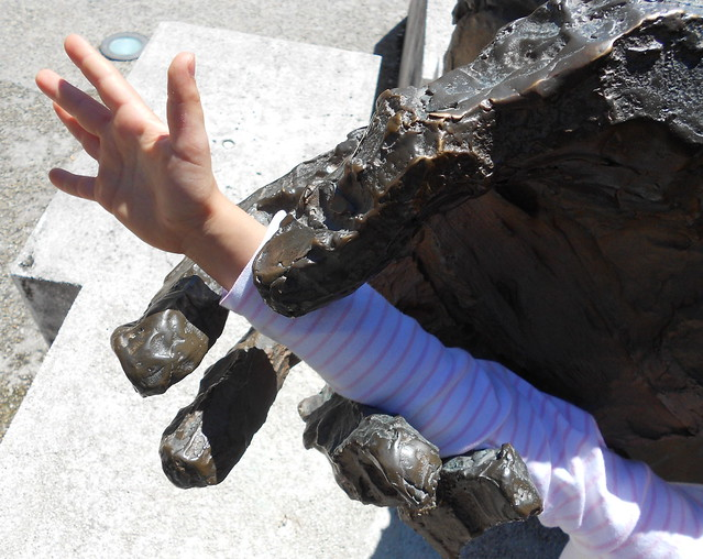 la mano che chiede aiuto contine una mano che chiede aiuto, monumento a Matteotti, Rovigo