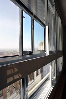 西曬面裝設了主要對外雙層窗;攝影:郭叡。