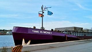 """""""Time Is Money"""", wie war. Aus- oder einladen am Industriehafen in Flensburg. Das Schiff hat wirklich nicht lange angelegt. ;-)"""