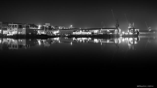 Port de commerce en milieu de nuit