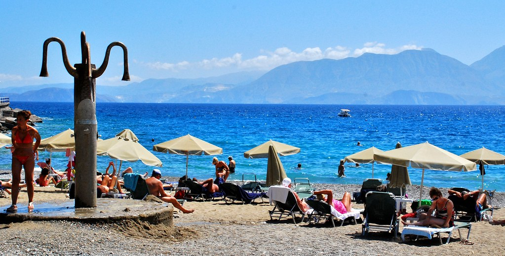 Greece, Crete - Beach and showers at Ammos beach in Aghios Nikolaos