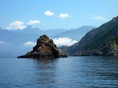 Côte Nord du Capu Rossu : îlot de la côte Nord et Paglia Orba enneigée