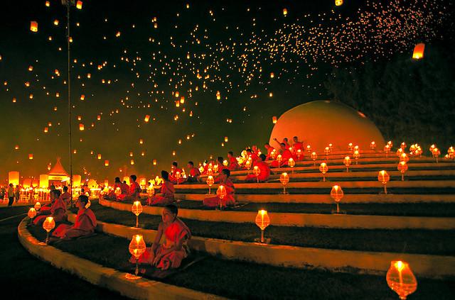 ラプンツェルの絶景のような幻想的すぎる仏教祭り「タイのコムローイ祭り」