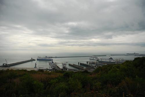 崖下繁忙的多佛港。