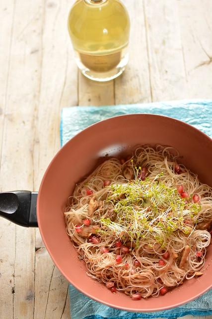 Noodles allo Sgombro con Melone Invernale, Melograno e Germogli di Rucola