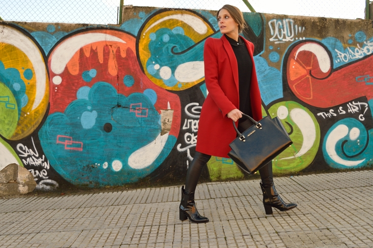 lara-vazquez-madlula-style-chic-black-outfit-red-coat