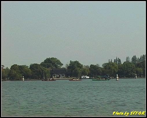 杭州 西湖 (其他景點) - 364 (西湖 湖上遊 往湖心亭 背景是小瀛洲上的三潭印月及全部三個石燈籠)