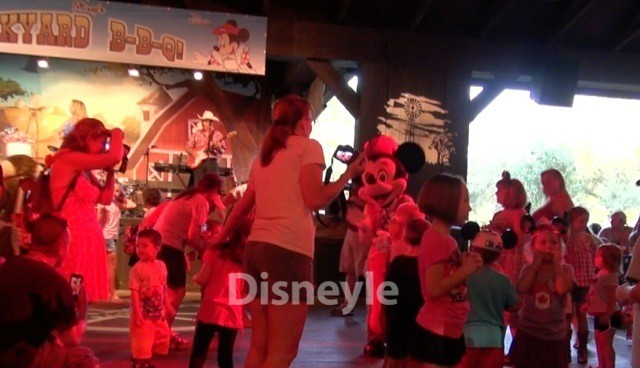 ミッキーのバックヤードBBQ 踊るキャラとゲストたち