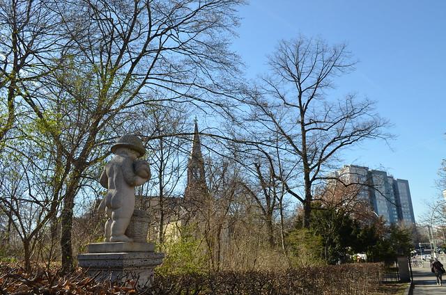 Volkspark Friedrichshain Berlin_trees statue blue skies