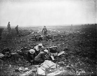 Canadian machine gunners dig themselves into shell holes on Vimy Ridge, France, April 1917 / Des mitrailleurs canadiens creusent des nids de mitrailleuses sur la crête de Vimy (France) en avril 1917