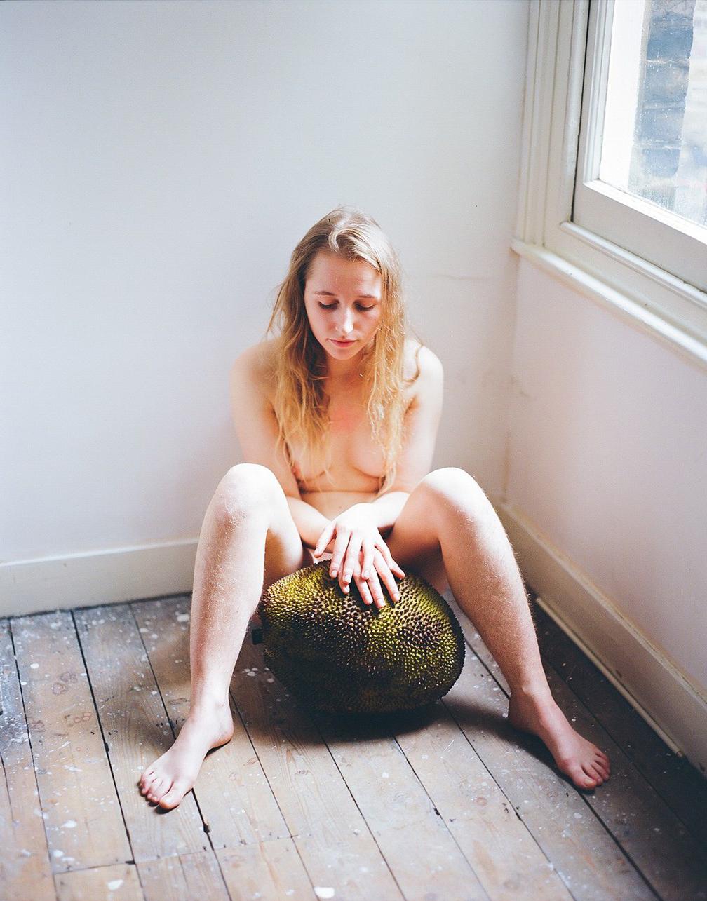 通過水果不加修飾的型態 裸體傳達女性不除體毛的野性自然美5