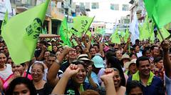 02/24/2017 - 17:01 - Los Ríos, 24 de febrero de 2017 (Andes).- Lenin Moreno candidato a la presidencia por Alianza Pais es recibido por simpatizantes en la provincia de Los Ríos. En la gráfica en el cantón Ventanas. Foto:Andes/César Muñoz