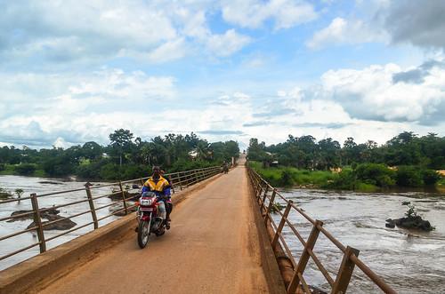 africa alamy bicycle bo bridge day243 motorbike river sierraleone freewheelycom cycletouring cyclotourisme velo cycling jbcyclingafrica alamy1409119