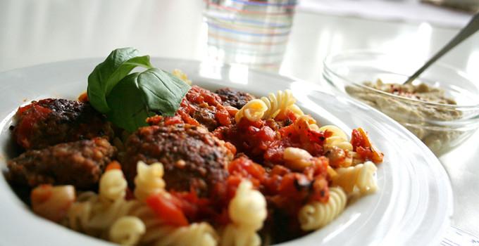 Köfte i tomatsås med pasta