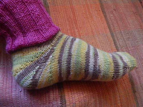 носок на ноге видно узок в подъеме