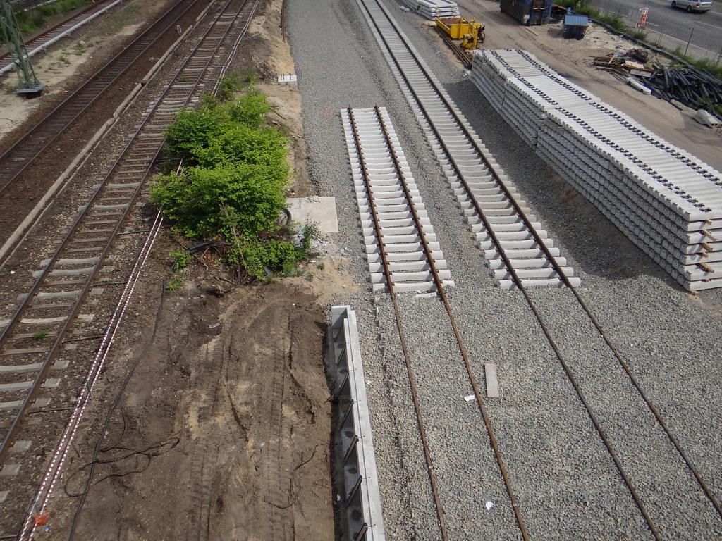 Bahnsteigkante des Regionalbahnsteigs unten